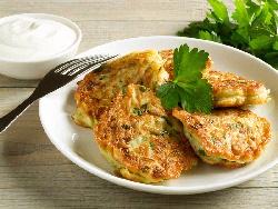 Пържени вегетариански кюфтета от тиквички и халуми сирене и сос от цедено кисело мляко - снимка на рецептата